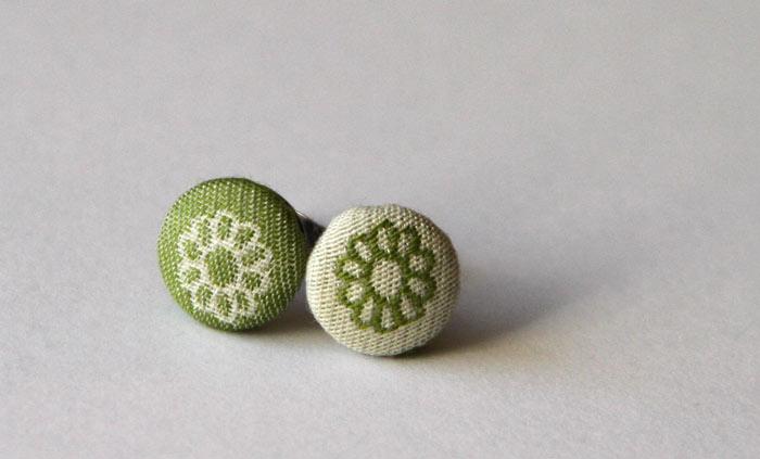 oblečeni gumbi - uhani