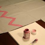1. Z barvami za tekstil na blago narišite vzorec.