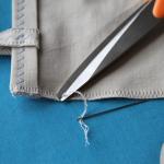 11. Odrežite preostanek šiva in ga z raztezanjem blaga skrijte.